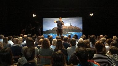 Ferran Aixalà animant el públic de El Foraster