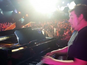 PIANO OH HAPPY DAYEl Ferran Aixalà tocant el piano a l'Oh happy day